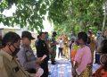 Bupati Samosir, Rapidin Simbolon saat menyerahkan BLT Dana Desa