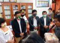 Marhuale Simbolon menyerahkan langsung dokumen syarat dukungan perbaikan kepada Ketua KPU Samosir.