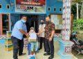 Manajer PTPN III (Persero) Kebun Dusun Hulu Basuki, SP (Batik Coklat) dan Asiten Personalia Kebun Dusun Hulu (Baju Warna Biru), memberikan langsung Paket sembako kepada masyarakat kurang mampu, Jumat (30/4).